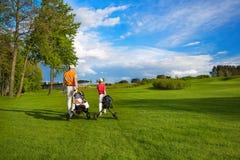 Fader med sonen på golffältet Arkivfoto