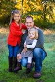 Fader med två döttrar royaltyfria foton