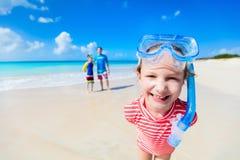 Fader med ungar på stranden fotografering för bildbyråer