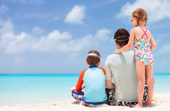 Fader med ungar på stranden Royaltyfri Bild