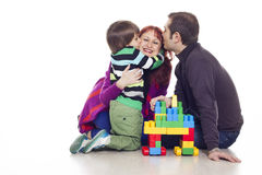 Fader, moder och son som spelar lego Arkivbilder