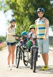 Fader, moder och två barn Arkivbilder