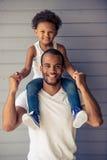 Fader och barn royaltyfria bilder