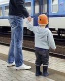 Fader och barn på drevstationen Arkivbilder
