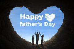 Fader och barn som lyfter händer i grotta Royaltyfri Fotografi