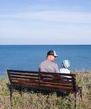 Fader och barn som ser havet Arkivbilder