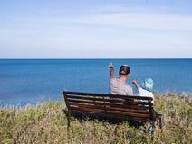 Fader och barn som ser havet Arkivfoton