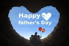 Fader och barn som sitter i grotta Royaltyfri Foto