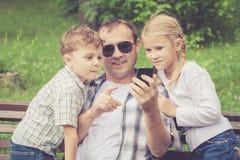 Fader och barn som spelar på parkera Royaltyfria Bilder
