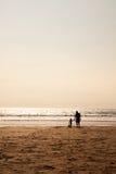 Fader och barn som tillsammans delar kvalitets- tid Arkivfoton