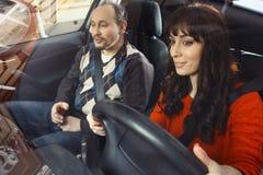 Fader och dotter i bil Arkivbilder
