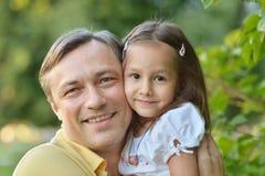 Fader och dotter i natur Royaltyfri Foto