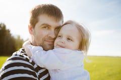 Fader och dotter i parkera Royaltyfri Fotografi