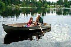Fader och dotter i roddbåt Fotografering för Bildbyråer