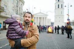 Fader och dotter med en flagga av Litauen Royaltyfri Fotografi