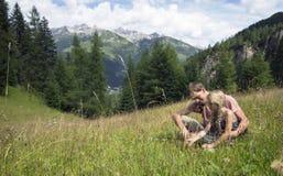 Fader och dotter på en tur i bergen arkivfoto