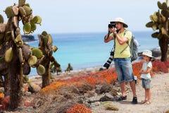 Fader och dotter på Galapagos Arkivbild