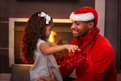 Fader och dotter på jultid Fotografering för Bildbyråer