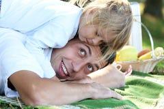 Fader och dotter på på picknicken Fotografering för Bildbyråer