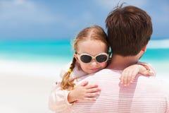 Fader och dotter på stranden Arkivfoton