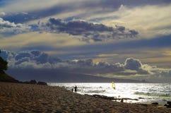 Fader och dotter på stranden i Maui, Hawaii Royaltyfria Bilder