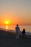 Fader och dotter på stranden och se havet Arkivfoton