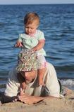Fader och dotter på havet Arkivfoton