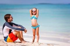 Fader och dotter på stranden Royaltyfri Fotografi