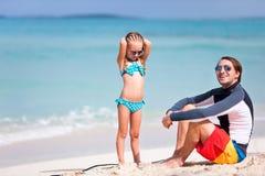 Fader och dotter på stranden Fotografering för Bildbyråer