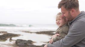 Fader och dotter p? stranden stock video