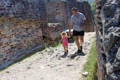 Fader och dotter som besöker en fästning Arkivbilder