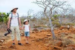 Fader och dotter som fotvandrar på scenisk terrain royaltyfri fotografi