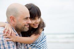 Fader och dotter som framåt ser arkivfoto