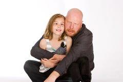 Fader och dotter som gör roliga framsidor Arkivbild