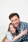 Fader och dotter som ger sig en kram Arkivbild