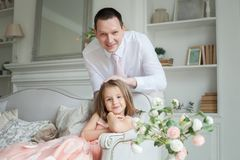 Fader och dotter som har gyckel tillsammans hemma fotografering för bildbyråer