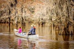 Fader och dotter som kayaking Arkivfoto