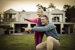 Fader och dotter som pekar i trädgården arkivfoto