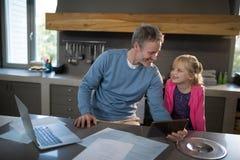 Fader och dotter som ser de och att le Arkivbild