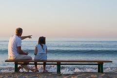 Fader och dotter som ser havet Royaltyfri Foto