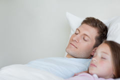 Fader och dotter som tar en ta sig en tupplur Arkivfoton