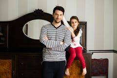 Fader och dotter som tillsammans står royaltyfria bilder
