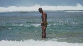 Fader- och dotterlek på havet stock video
