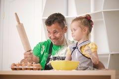 Fader- och dottermatlagning Royaltyfria Bilder