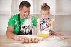 Fader- och dottermatlagning Fotografering för Bildbyråer
