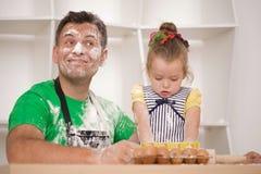 Fader- och dottermatlagning Royaltyfri Foto