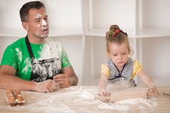 Fader- och dottermatlagning Royaltyfri Fotografi