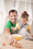 Fader- och dottermatlagning Royaltyfria Foton