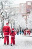 Fader- och dotteruppklädden som santas deltar i välgörenhethändelsen Stockholm Santa Run i Sverige Royaltyfri Bild