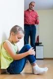 Fader och frustrerad dotter arkivbild